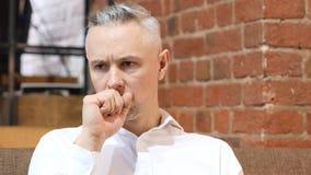 Uomo malato di medio evo con la tosse, tossente fotografia stock