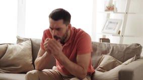Uomo malato infelice che tossisce a casa archivi video