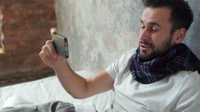 Uomo malato occupato di positivo che tossisce mentre avendo video chiamata archivi video