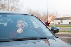 Uomo maleducato che determina la sue automobile e discussione immagini stock libere da diritti