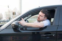 Uomo maleducato che determina la sue automobile e discussione fotografia stock libera da diritti