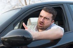 Uomo maleducato che determina la sue automobile e discussione fotografie stock