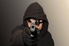 Uomo mascherato con la pistola Fotografie Stock