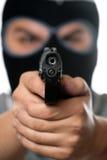 Uomo mascherato con una pistola Immagini Stock
