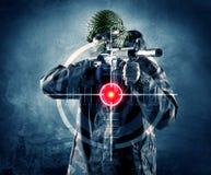 Uomo mascherato del terrorista con l'obiettivo di laser e della pistola sul suo corpo Fotografie Stock