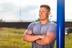 Uomo maschile in un parco di allenamento della via Fotografia Stock