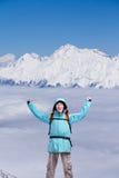 Uomo maschio felice dell'alpinista con le armi alzate In alte montagne del fondo sopra le nuvole Immagine Stock Libera da Diritti