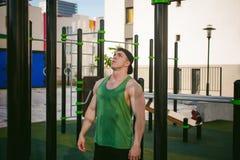Uomo maschio sexy bello dell'atleta del culturista che fa allenamento del crossfit nelle facilità atletiche sulla mattina soleggi Immagine Stock Libera da Diritti