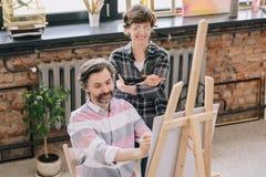 Uomo maturo che gode di Art Class Immagine Stock