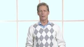 Uomo maturo che ha tosse terribile archivi video
