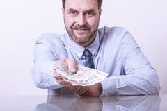 Uomo maturo che offre le euro note smazzate Immagini Stock Libere da Diritti