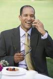Uomo maturo che per mezzo del telefono cellulare Fotografia Stock Libera da Diritti