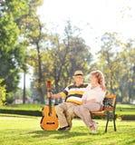 Uomo maturo che si siede con la sua moglie in parco Fotografia Stock Libera da Diritti