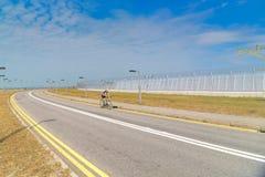 Uomo maturo con la corsa della bicicletta Fotografia Stock Libera da Diritti