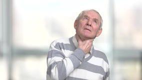 Uomo maturo con la gola irritata archivi video