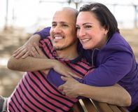 Uomo maturo con una donna che si siede sul banco in primavera fotografie stock libere da diritti