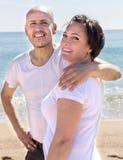 Uomo maturo e femmina che stringono a sé vicino al mare fotografie stock