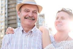 Uomo maturo felice che sorride con la giovane donna fotografia stock