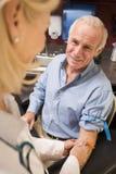 Uomo Medio Evo che fa l'analisi del sangue effettuare Fotografie Stock Libere da Diritti