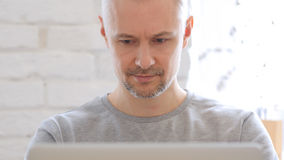 Uomo Medio Evo che lavora al computer portatile, Front View Fotografia Stock