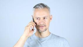 Uomo Medio Evo che parla su Smartphone Fotografie Stock
