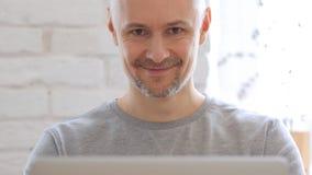 Uomo Medio Evo che sorride verso la macchina fotografica, Front View Fotografia Stock Libera da Diritti