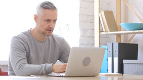 Uomo Medio Evo che tratta con i clienti in ufficio Immagini Stock Libere da Diritti