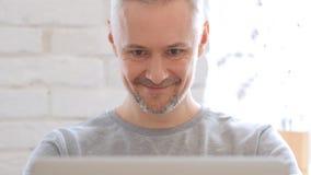 Uomo Medio Evo eccitato per successo sul lavoro, Front View Immagine Stock