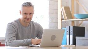 Uomo Medio Evo sul lavoro che sorride verso la macchina fotografica Fotografie Stock Libere da Diritti