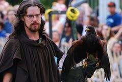 Uomo medioevale con il falco Fotografia Stock Libera da Diritti