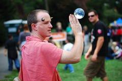 Uomo medioevale con la sfera di cristallo Immagini Stock