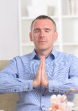 Uomo Meditating Fotografia Stock