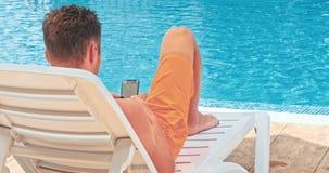 Uomo mentre rilassandosi dallo stagno stock footage