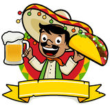 Uomo messicano che tiene una birra fredda e un taco