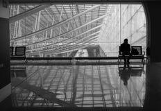 Uomo messo nell'aeroporto di Parigi fotografia stock libera da diritti