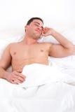 Uomo mezzo nudo allegro che sveglia nella camera da letto Immagine Stock Libera da Diritti