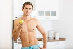 Uomo mezzo nudo con la mela fotografia stock libera da diritti