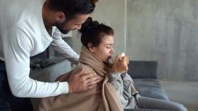 Uomo millenario amoroso che copre moglie malata di coperta archivi video