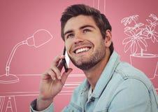Uomo millenario sui telefoni contro l'ufficio disegnato a mano rosa e bianco Fotografia Stock