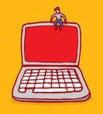 Uomo minuscolo che si siede sopra il computer portatile con lo schermo in bianco Immagine Stock Libera da Diritti