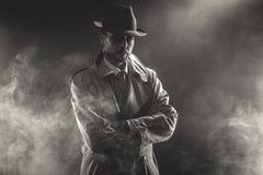 Uomo misterioso che aspetta nella nebbia Fotografia Stock