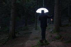 Uomo misterioso e lombrello 2 di illuminazione immagine stock