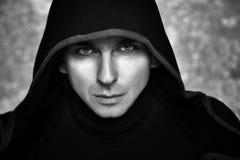 Uomo misterioso in maglia con cappuccio nera Tipo sexy di fantasia Fotografia Stock