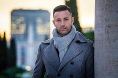 Uomo moderno bello nella città Il modo degli uomini di inverno Fotografie Stock Libere da Diritti