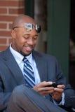 Uomo moderno Texting di affari Immagini Stock