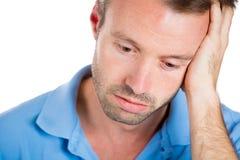 Uomo molto triste, depresso, solo, deludente che riposa il suo fronte a disposizione, Fotografia Stock Libera da Diritti