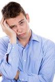 Uomo molto triste, depresso, solo, deludente che riposa il suo fronte a disposizione Fotografia Stock Libera da Diritti