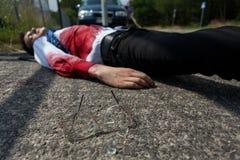 Uomo morto che si trova sulla via Fotografie Stock