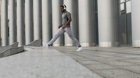 Uomo motivato che allunga tranquillamente prima della sessione di allenamento, riscaldamento lento archivi video