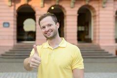 Uomo motivato entusiasta che dà un pollice su Immagini Stock